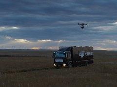 想拍电影?大疆STORM航拍平台满足你:完整的摄制组+卡车